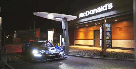 影/開著全球限量75台的McLaren Senna GTR去麥當勞得來速會發生什麼事?