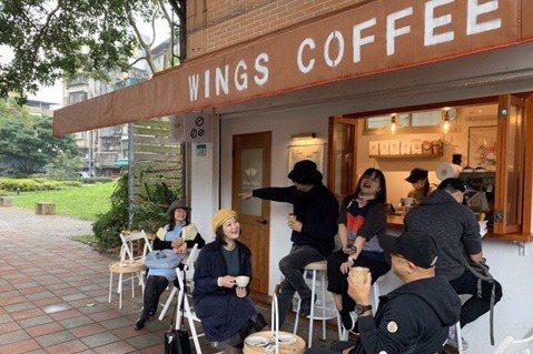 三元街有漂亮的路樹,人車又少,坐在路邊小椅子喝杯咖啡真的很舒服。 圖/李清志提供