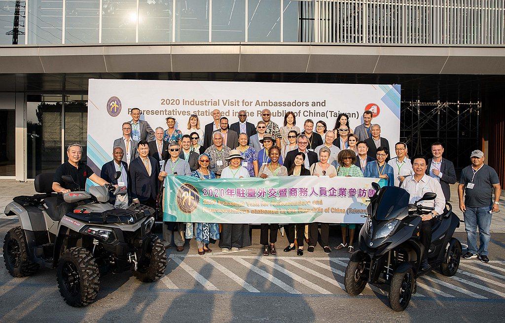 宏佳騰董事長鍾杰霖(左一)陪同外交部長吳釗燮(右前一)與各國使節參訪宏佳騰總部。...