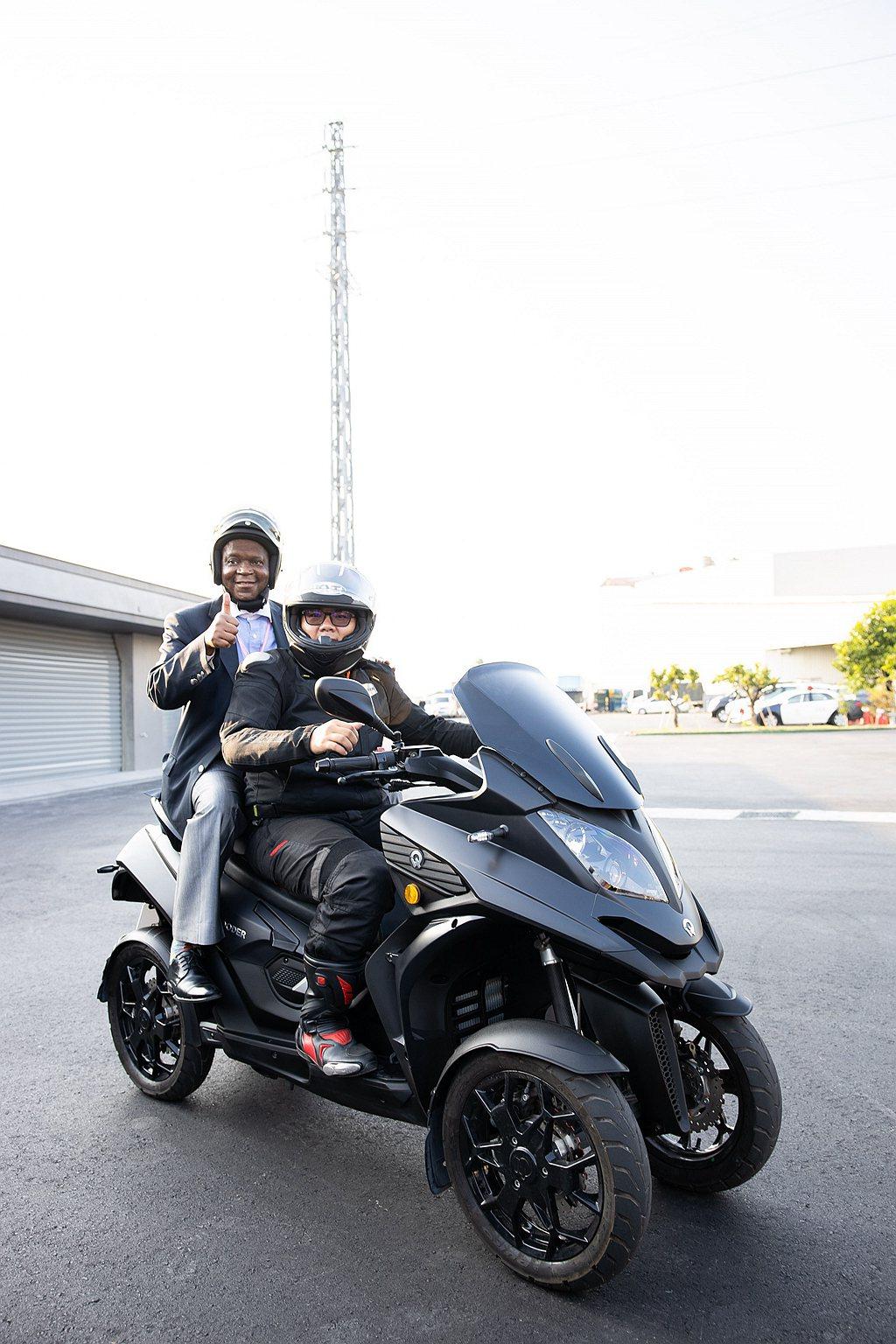 南非駐台聯絡辦事處代表麥哲培(左一)體驗經典四輪4D-400車款。 圖/宏佳騰提...