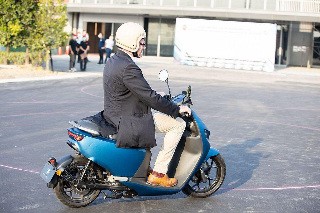 德國在台協會處長王子陶騎乘體驗智慧電車Ai-1 Sport ABS。 圖/宏佳騰...