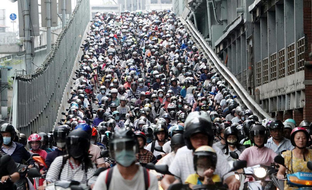 上班尖鋒時刻,台北橋上的機車瀑布紅到國外。記者杜建重/攝影