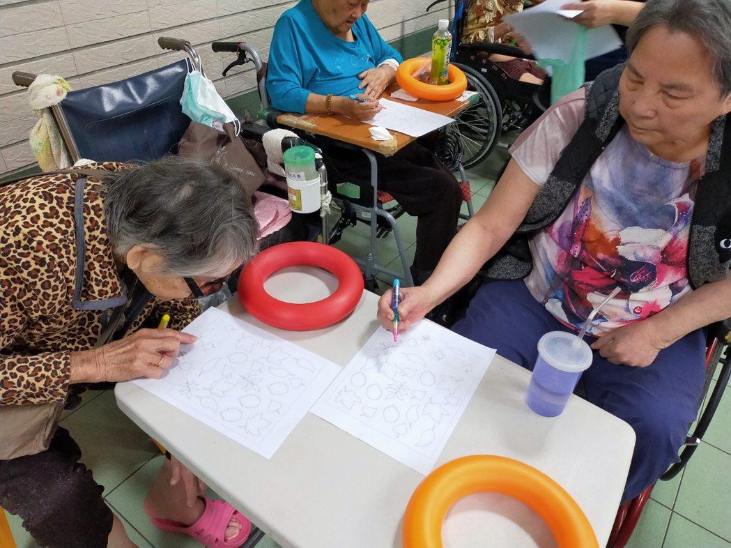 臺中市老人福利機構參與推動「預防及延緩長輩失能」課程。