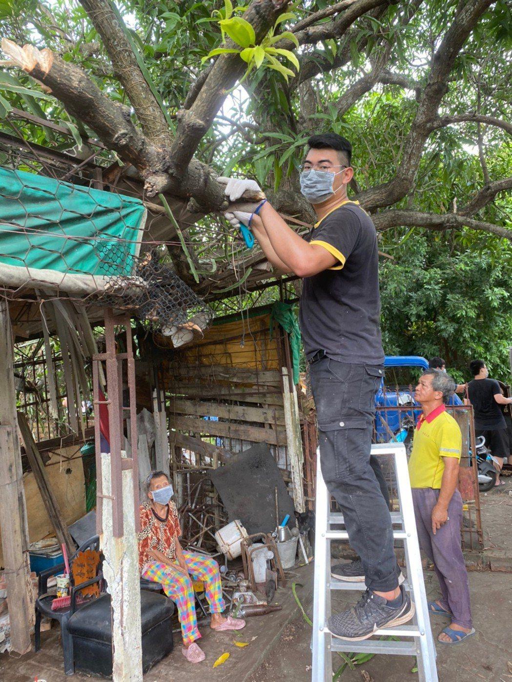 協助獨居老人環境清掃。 遠東科大/提供。