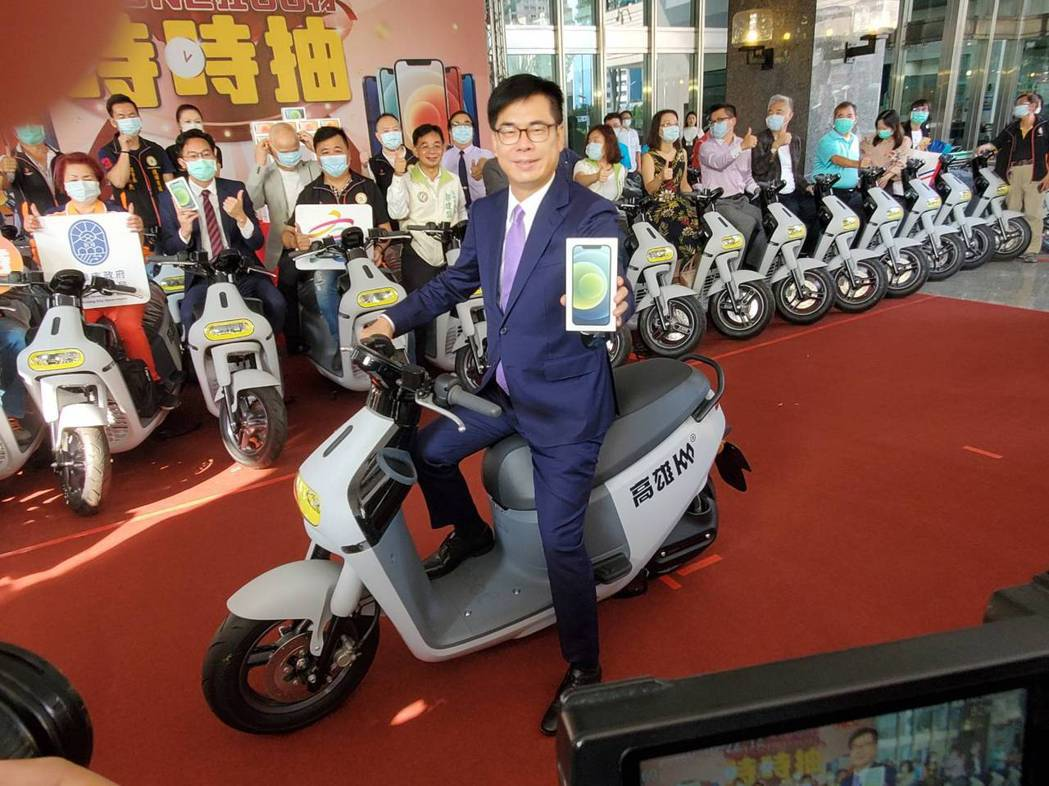 高雄市長陳其邁騎Gogoro電動摩托車,秀iPhone12蘋果手機。許夷雯/攝影