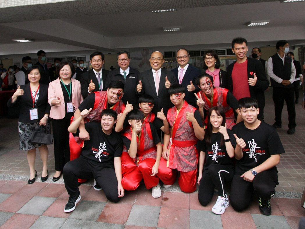 行政院院長蘇貞昌在揭牌典禮後,親切與龍華師生合影。龍華科大/提供