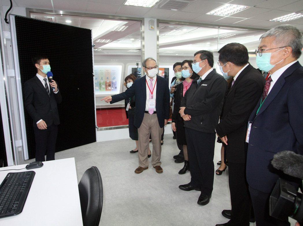 龍華科大校長葛自祥向參訪來賓說明類產業環境工廠實驗室各項設備。龍華科大/提供