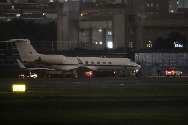 一架美國行政專機(編號375)台灣時間22日傍晚降落台北松山機場。外交部回應,對於美國官員來訪台灣表示歡迎,但因行程不公開,基於互信不對外評論。 中央社