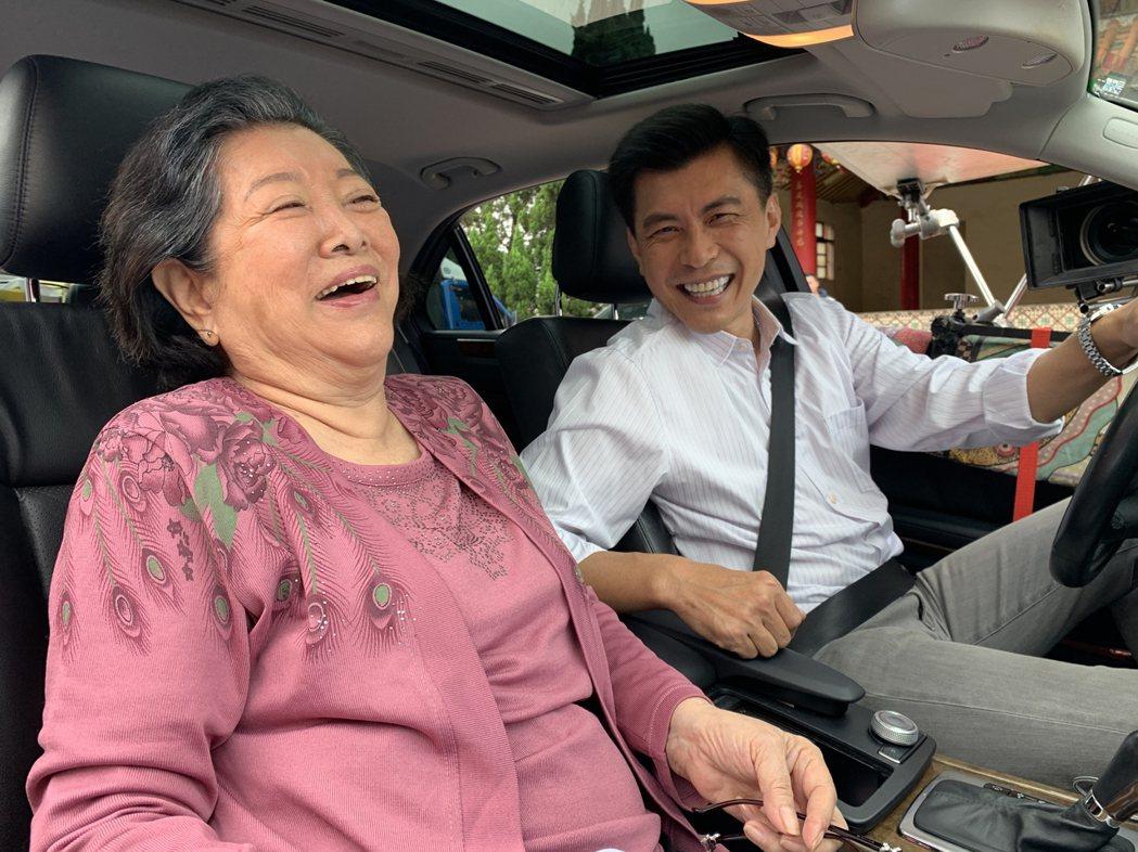 資深演員陳淑芳(左)金馬封后後,23日馬不停蹄開拍大愛劇場新戲,展現演戲熱忱。