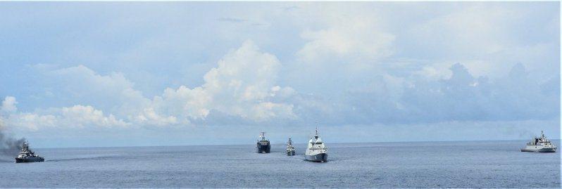 為遏阻中國侵略,印度海軍甫結束與美國、日本、澳洲的馬拉巴爾演習,23日起再和新加坡海軍聯合軍演。圖為印度海軍21日與新加坡、泰國的軍演。圖/取自twitter.com/indiannavy