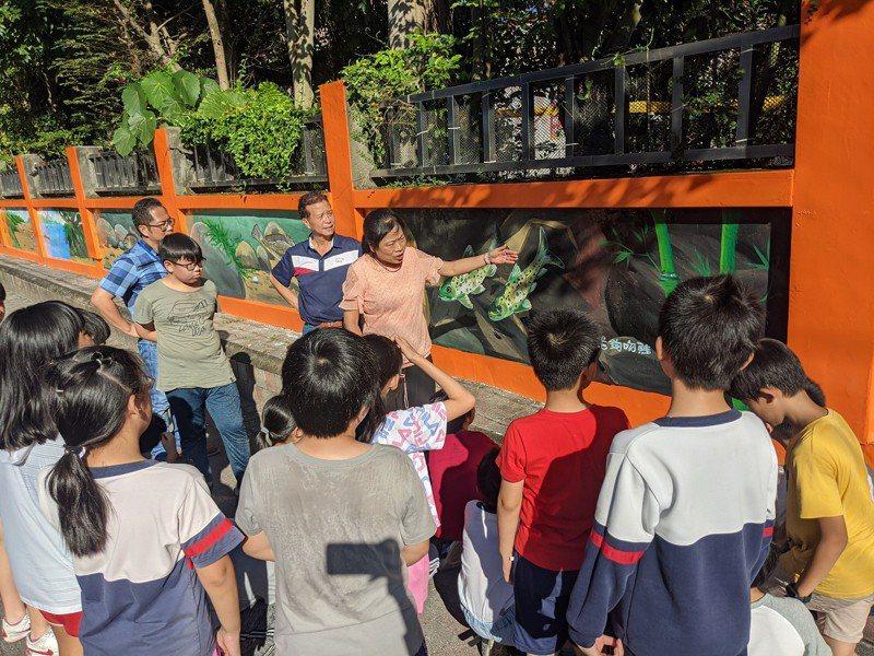 汐止厚德里牆面彩繪,除了濕地還畫了淡水魚類,樟樹國小也特地帶著學生參觀,並且介紹教學。 圖/觀天下有線電視提供