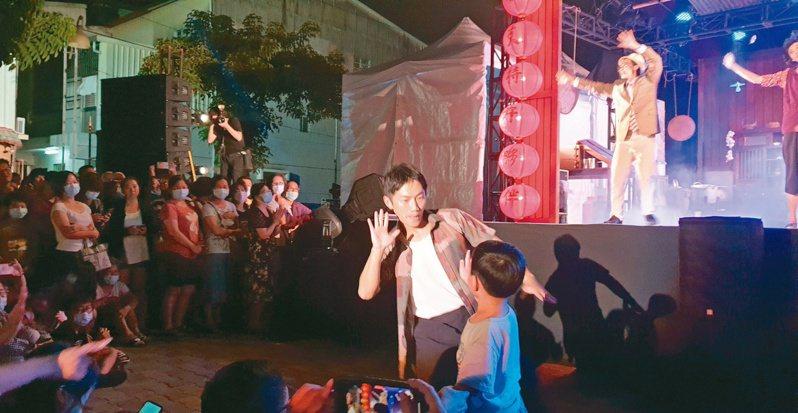 兩廳院的「藝術出走」系列採免費演出,觀眾客群瞄準平常難以看到表演的偏鄉或小鎮。圖為在台南歸仁演出的「十二碗菜歌」。記者陳宛茜/攝影