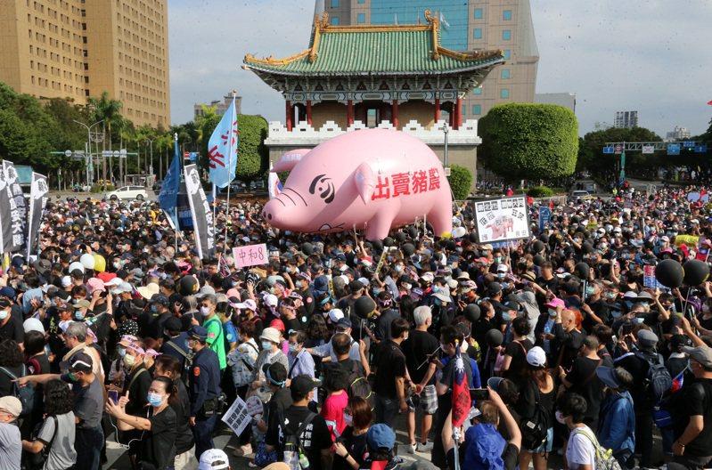 秋鬥遊行主辦單位表示有超過五萬民眾到場。記者胡經周/攝影