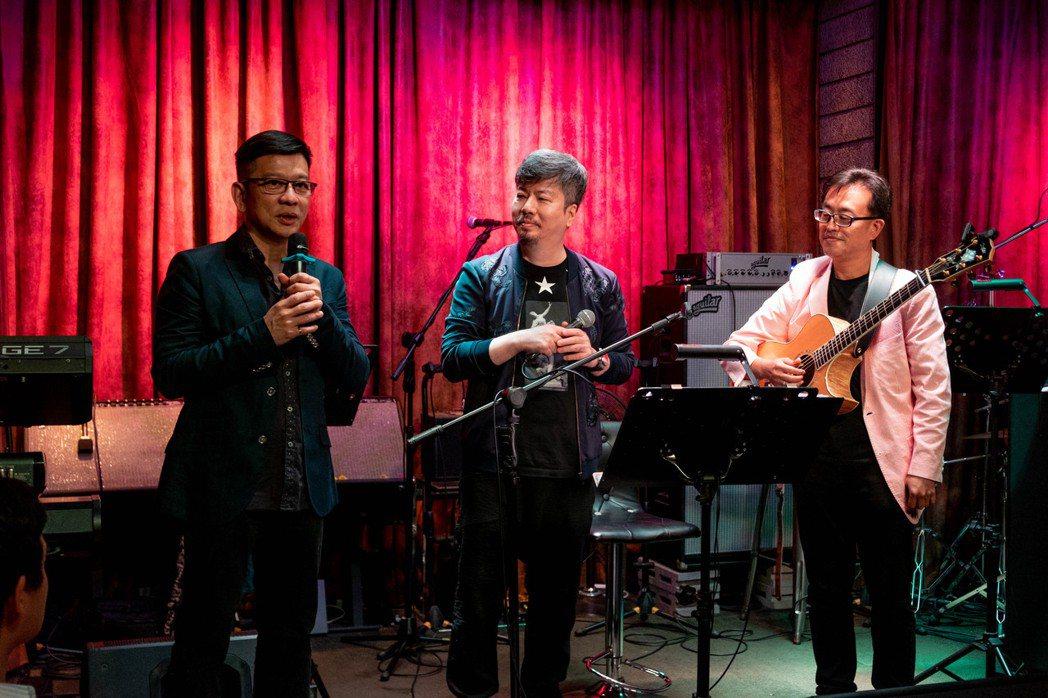 陳子鴻(左)設立專案部門籌辦歌唱課程  黃國倫(中)到場支持。圖/喜歡音樂提供
