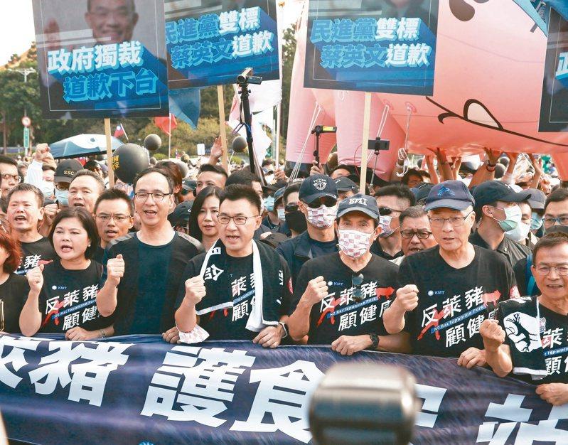國民黨前主席朱立倫(前排左二起)、主席江啟臣、前總統馬英九、前副總統吳敦義,昨天參加秋鬥遊行。記者曾原信/攝影
