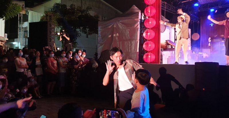 兩廳院的「藝術出走」系列雖採免費演出,但精準定位,觀眾瞄準平常難以看到表演的偏鄉或小鎮。圖為在台南歸仁演出的「十二碗菜歌」。記者陳宛茜/攝影