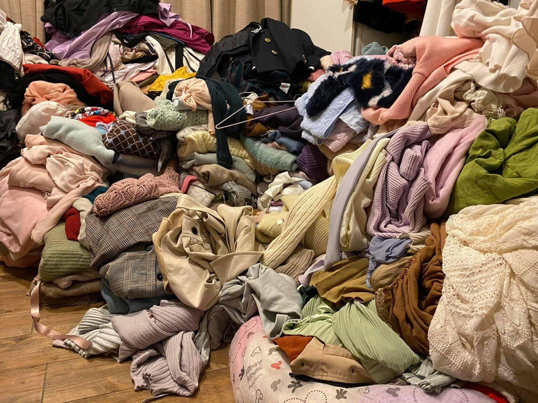 高嘉瑜臉書貼出租屋處衣物堆積照片。圖/取自高嘉瑜臉書