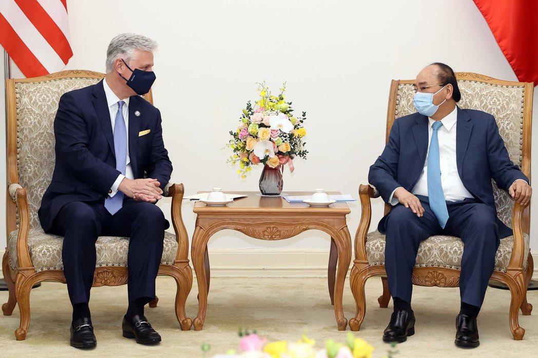 越南總理阮春福(右)21日會見訪問河內的美國國家安全顧問歐布萊恩(左)。歐新社