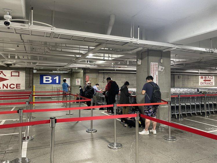 內湖店排隊動線從地下1樓開始,早上8點約有10位民眾排隊。記者黃筱晴/攝影