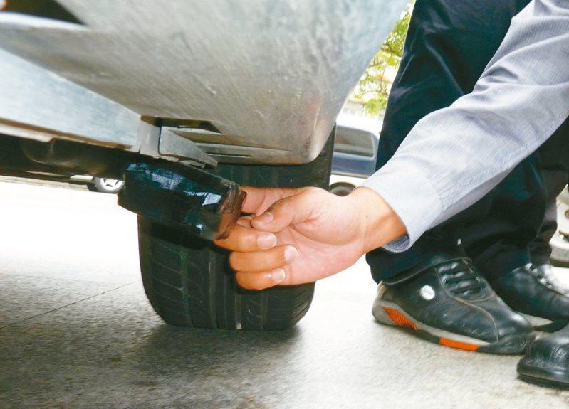 地下錢莊緊迫釘人,大都藉助車上偷裝衛星定位器以掌握行蹤。圖/聯合報系資料照片