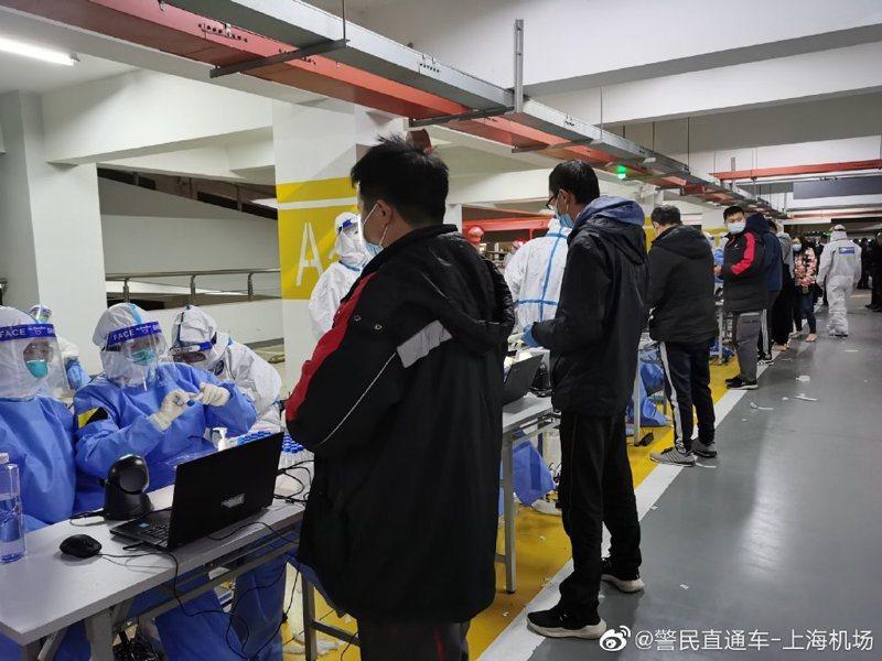 檢測人員在浦東機場P4長時停車場2樓,設置臨時檢測區域,現場對人員進行採樣。圖/警民直通車-上海機場微博