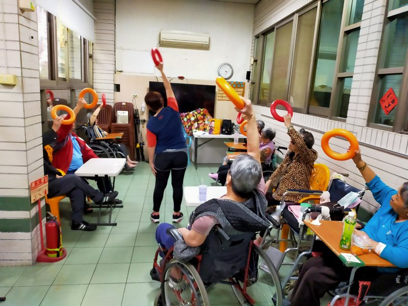 台中市老人福利機構參與推動「預防及延緩長輩失能」課程。圖/台中市社會局提供