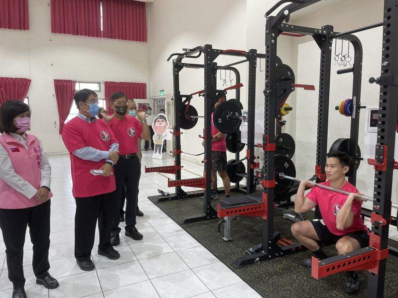台南市長黃偉哲(左二)觀看消防教官操作摃鈴,鍛鍊肌耐力。 圖/台南市消防局提供