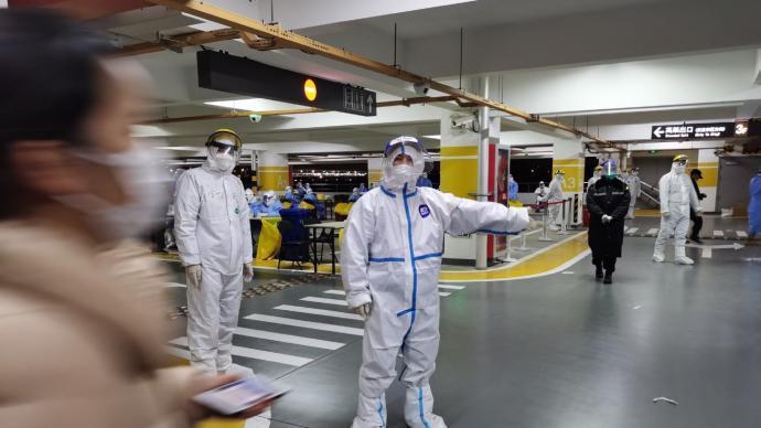 上海浦東國際機場組織所有相關工作人員,連夜進行核酸檢測。(澎湃新聞)