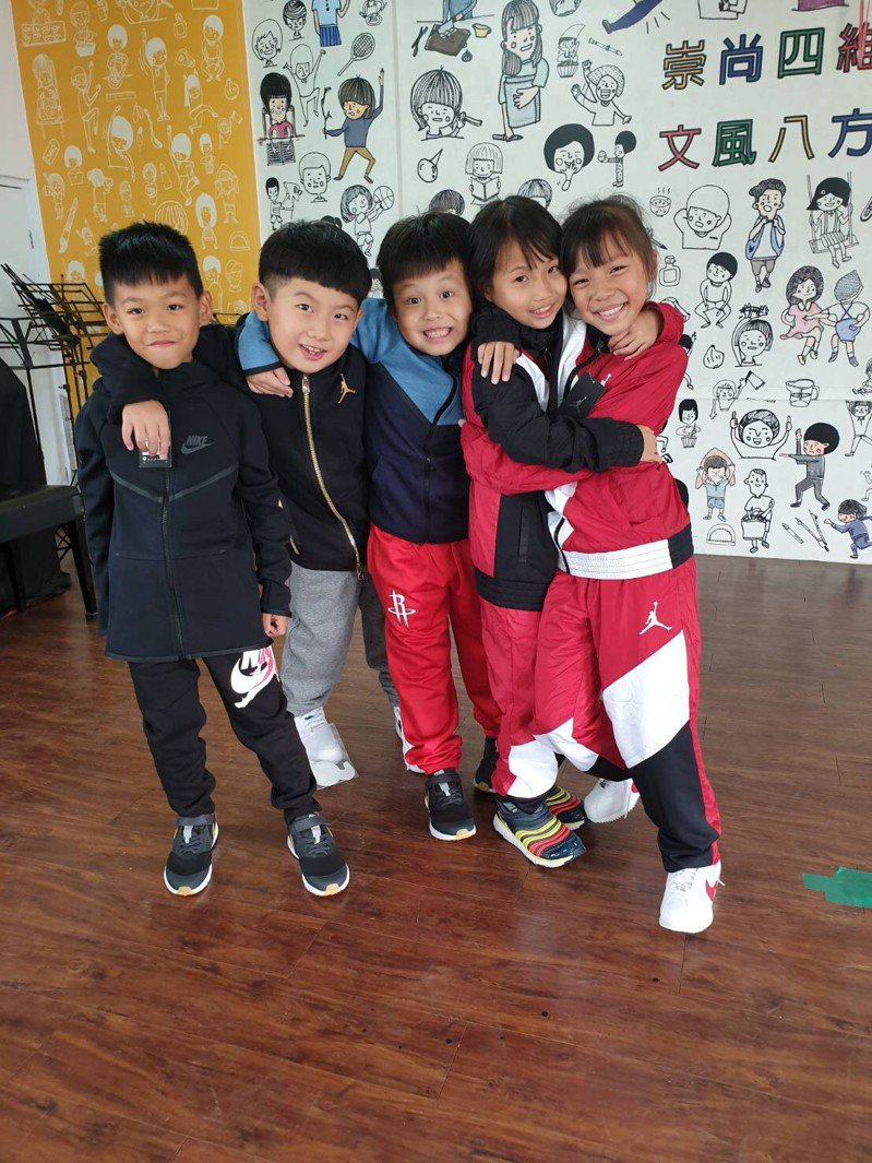 孩子們迫不急待拆開幸福大禮包,換上新衣褲與新鞋(元大金控/提供)