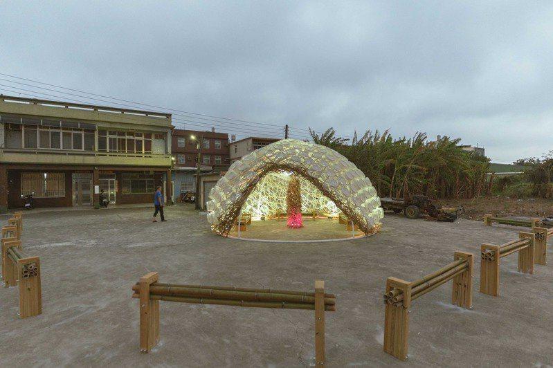 被民眾稱「大貝殼」的作品名為「共生螺旋」,以96個「古錐籃」堆疊,打造成香山盛產的「肉螺」,藉此讓外地旅客了解香山除了產蚵仔還盛產肉螺。圖/新竹市政府提供