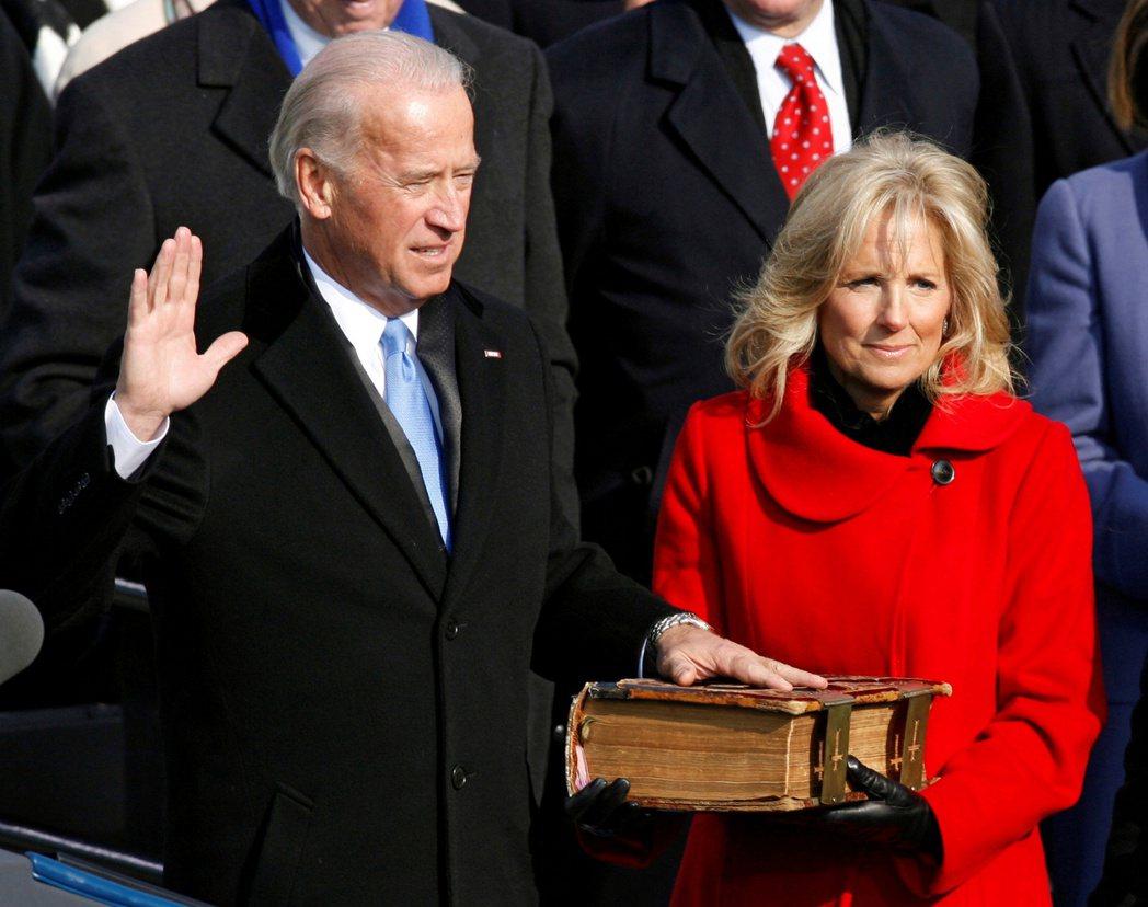 拜登團隊透露,就職典禮該怎麼舉辦仍在討論中。圖為拜登2009年宣誓就任副總統。路...