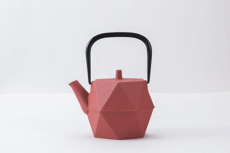 快閃店獨家,岩鑄茶壺0.7L石榴 (日本紅)售價8,400元,特價5,900元。...