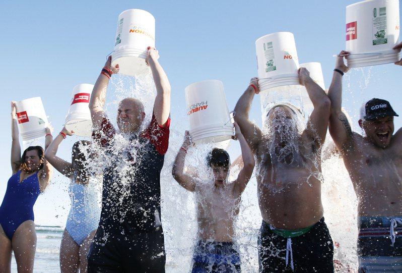 全球各地民眾藉由冰桶挑戰增加大家對漸凍症的認識。美聯社