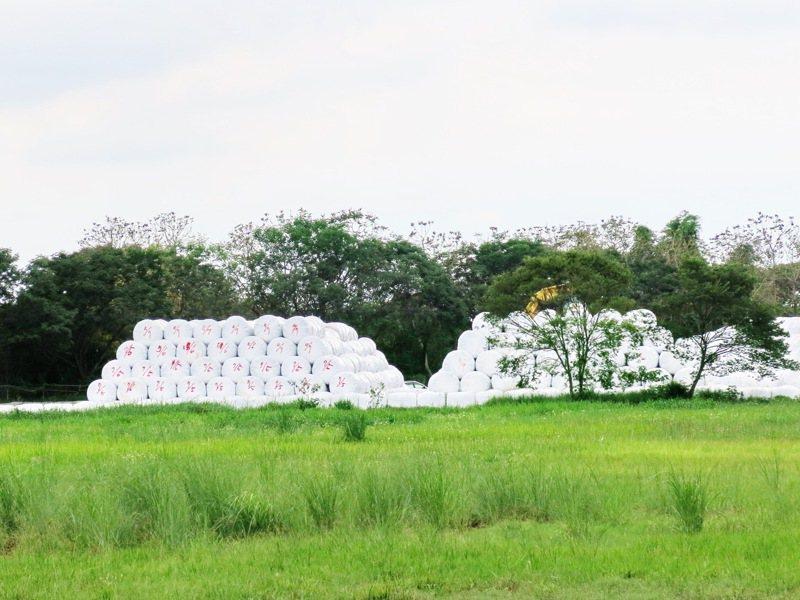 竹山鎮的家戶垃圾3年來無法外運後,不但累積達4萬公噸的垃圾,早已堆成一座山,只能先以捆包方式暫置。記者黑中亮/攝影