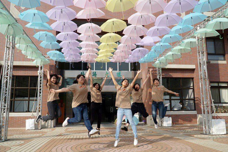 彰化縣大葉大學學務處學生發展輔導組舉辦「生命的顏色」生命教育主題活動,在校內以彩色雨傘布置了打卡景點。圖/大葉大學提供