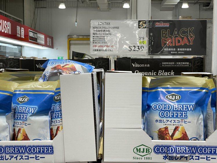 平常經常賣到缺貨的冷泡咖啡濾泡包,貨架滿滿還折價80元。記者黃筱晴/攝影