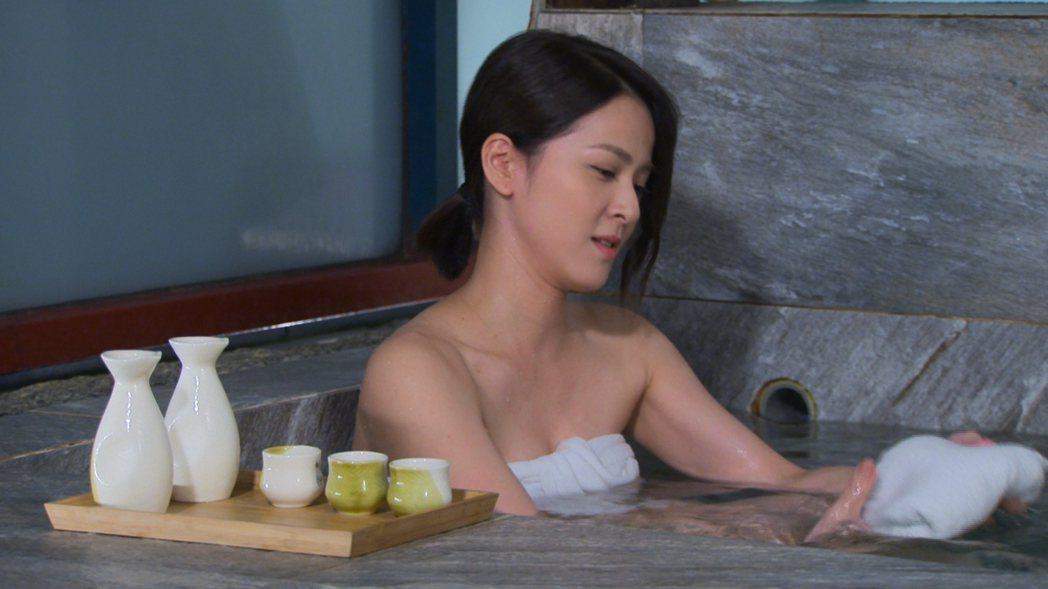 蘇晏霈裹浴巾泡湯。圖/民視提供