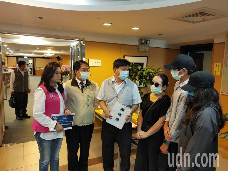家長與學生上午在市議會向市長黃偉哲(左二)陳情。記者修瑞瑩/攝影