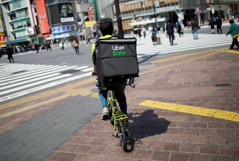 日本陸續發生自行車外送員與路人相撞、騎上高速公路、闖紅燈等亂象。此為示意圖,非新聞當事人。路透