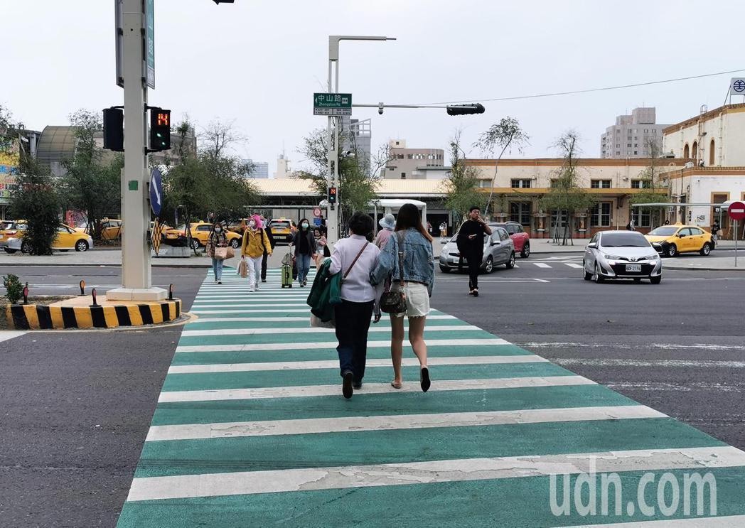 嘉義市火車站前新設球型違規取締設備,車輛若未暫停禮讓人行道上行人、違規迴轉都會被...