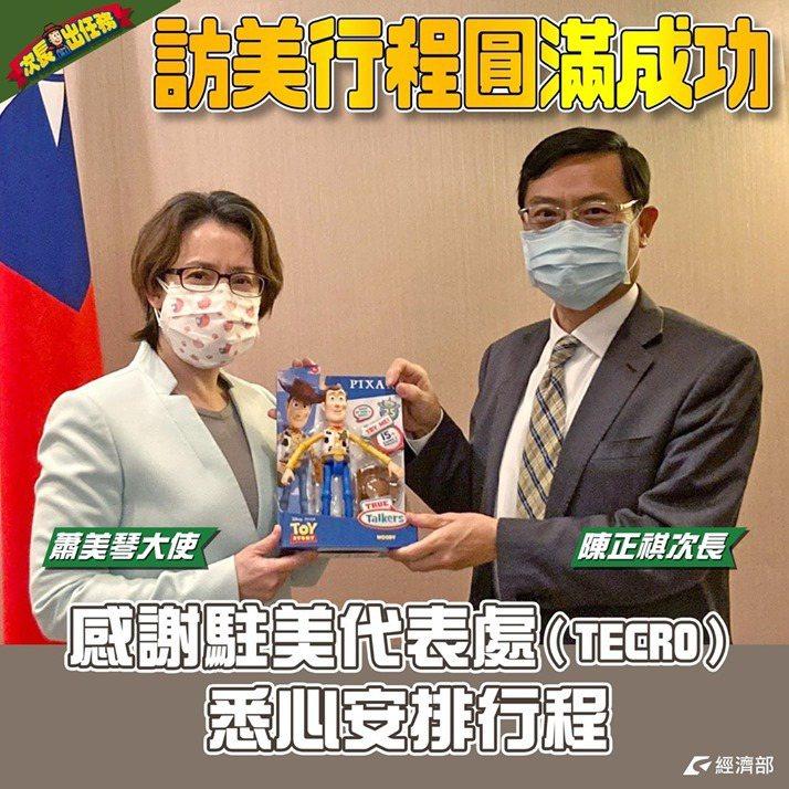 蕭美琴贈送陳正祺一個胡迪警長玩具當作伴手禮,伴隨他在防疫旅館隔離14天。經濟部臉...