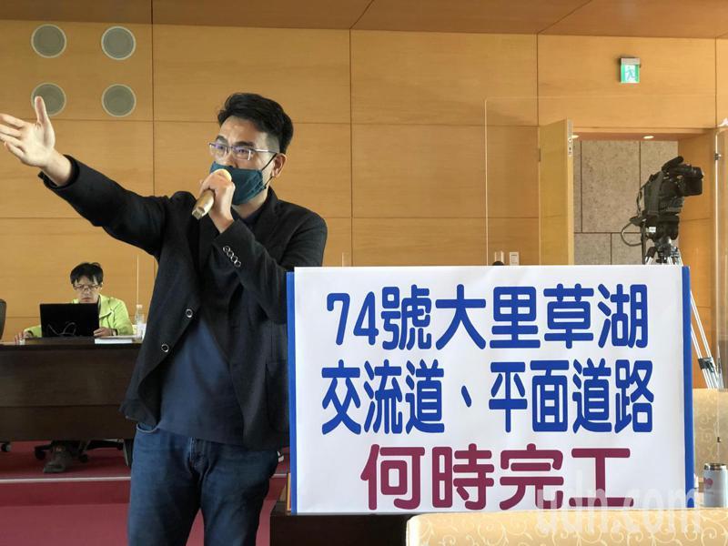 台中市議員蘇柏興要求市府加速完成74號大里草湖交流道相關工程。記者陳秋雲/攝影