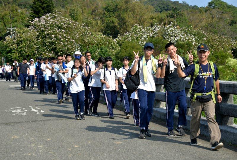 不少學生第一次健走16公里。圖/桃園市私立大華中學提供