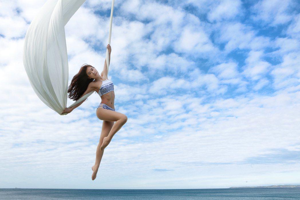 「瑜珈界張柏芝」 Miya 海上秀空中瑜珈。圖/有魚娛樂提供