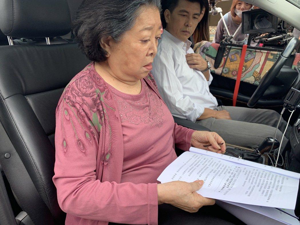 陳淑芳(左)騎走雙金馬後繼續上工,與蘇炳憲在車內對戲。圖/大愛提供
