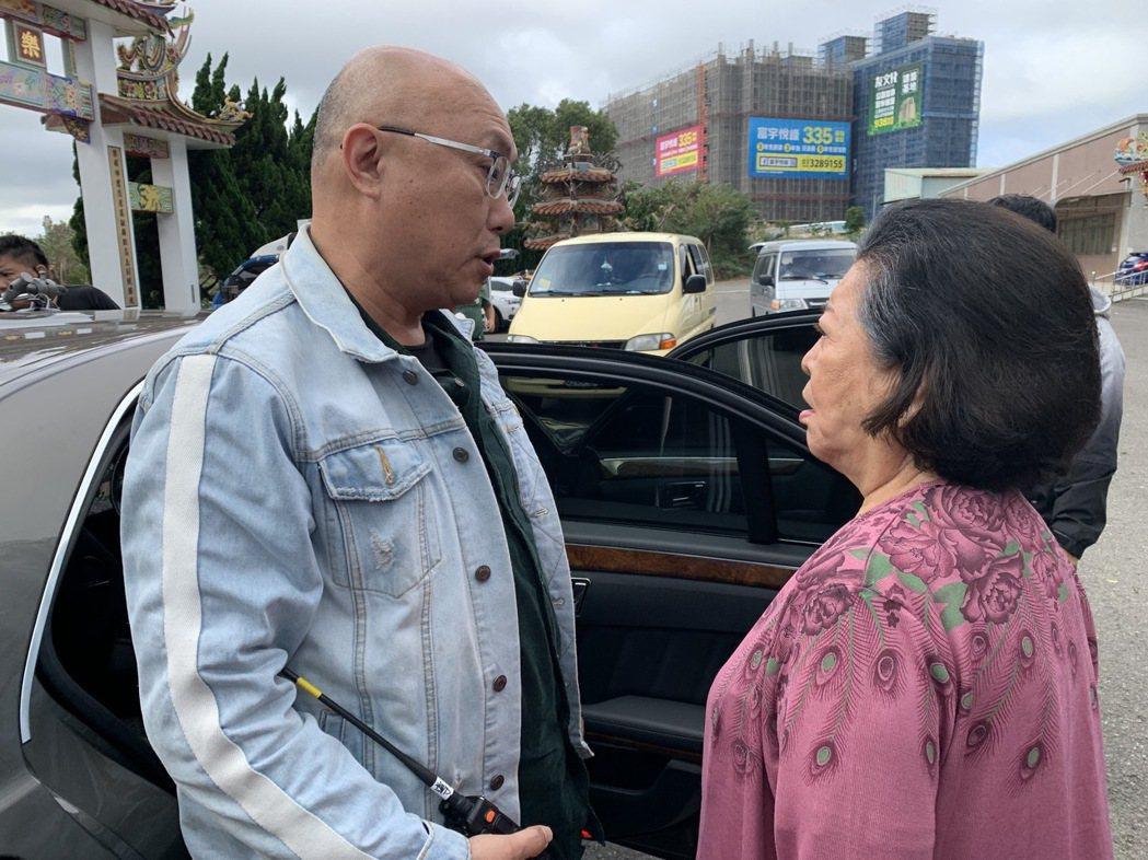 陳淑芳(右)騎走雙金馬後繼續上工,與導演鄧安寧在片場討論拍攝。圖/大愛提供