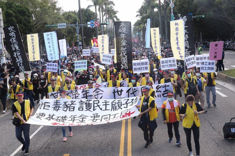 秋鬥遊行昨天在凱道集結登場,民眾身穿黑衣,訴求「反毒豬、反雙標、反黨國」。記者黃義書/攝影