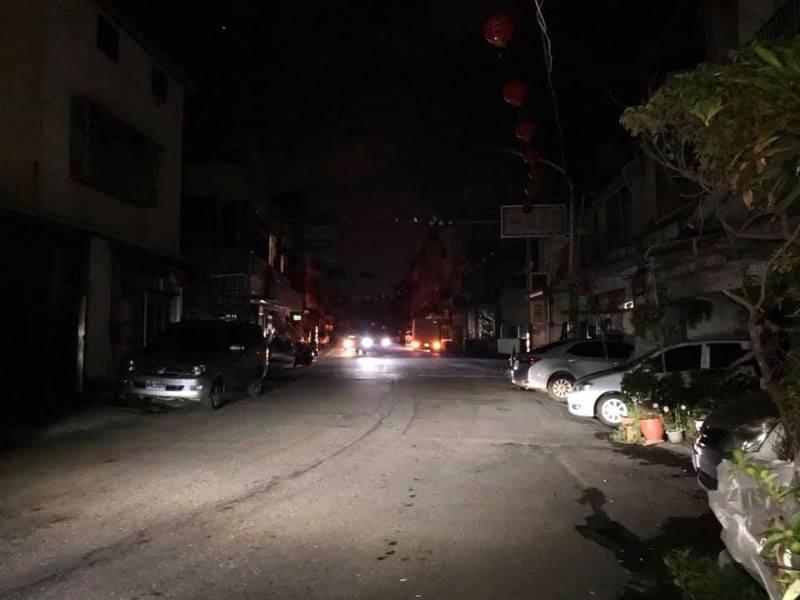台西鄉昨晚配合安西府建醮科儀各村陸續停電,許多道路都暗摸摸。記者蔡維斌/翻攝