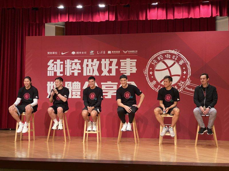 陳世念(左二)分享純粹做好事遇過的趣事。記者曾思儒/攝影