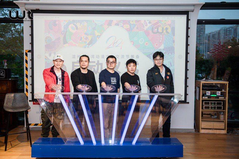 兩岸動漫文化交流會22日在浙江溫州舉行,近50位兩岸原創漫畫家、文創產業與動漫迷,透過線上論壇、線下塗鴉牆展覽、手稿作品交流。主辦方提供